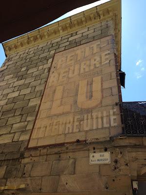 une publicité peintes dans les rues de Brive