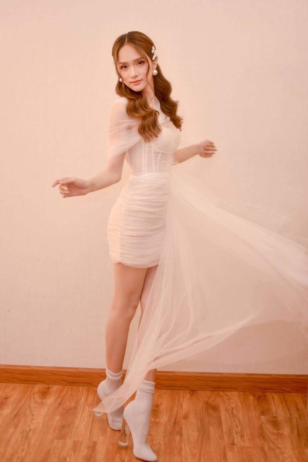 """Hương Giang khoe đôi chân dài tựa """"kiếm Nhật"""" trong chiếc váy mỏng manh e ấp"""