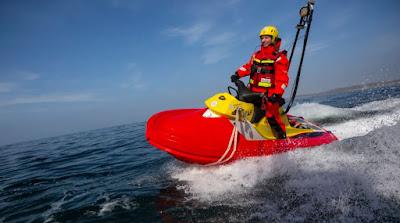 Rescuereunner med förare till havs