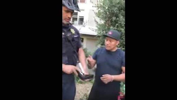 Policía despoja de su efectivo a vendedor de hot dogs (VIDEO)