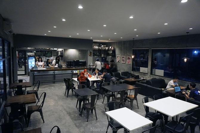 Meja dan kursi di ruangan bebas rokok kedai kopi Lantai Bumi