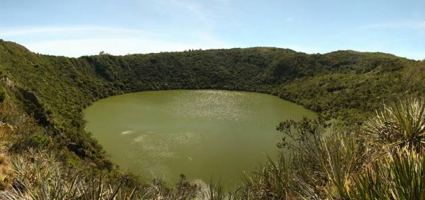 Laguna vulcanica di Guatavita, Cundinamarca, Colombia, il lago sacro e centro dei riti dei Muiscas.