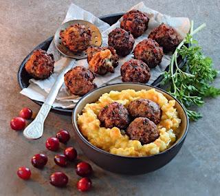 Тефтели, начиненные грушами с клюквой, с овощным пюре