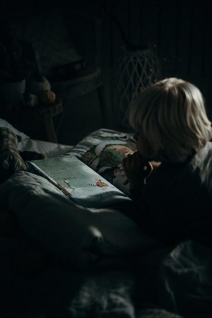 Băiețel citește