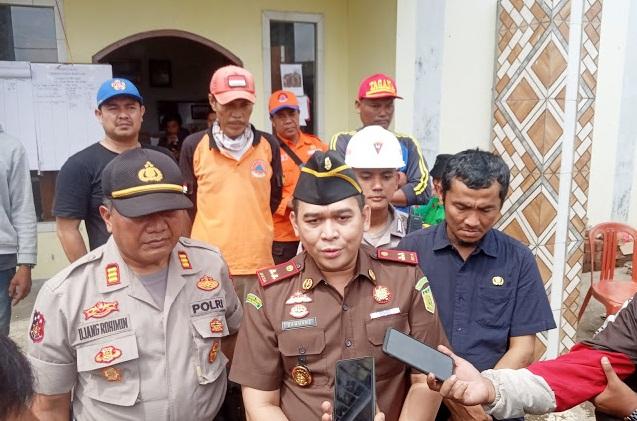 Tinjau Lokasi Gempa, Kepala Kejaksaan Negeri Cibadak Beri Bantuan Sembako