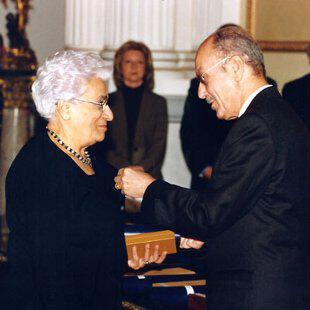απονομή μεταλλίου από τον Πρόεδρο της Δημοκρατίας Κ. Στεφανόπουλο το 2005.