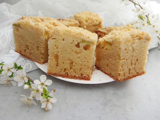 Ciasto maślankowe z rabarbarem i kruszonką