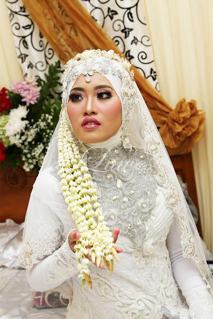 Rias pengantin muslim hijab modern dengan busana akad nikah