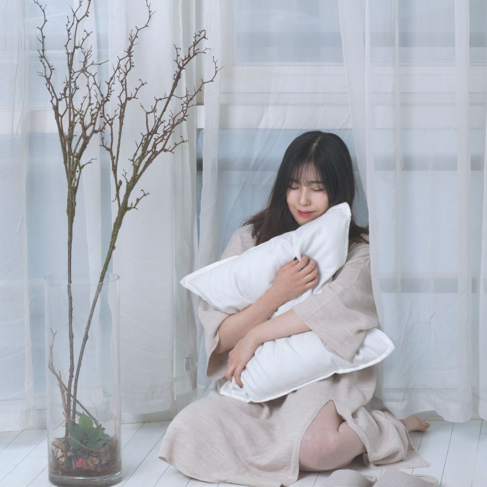 A Girl Playing A Piano – 하얀밤 – Single