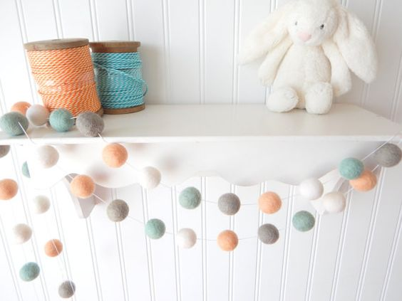 Cykl: Zrób to sam - pomysły na filcowe kulki w pokoju dziecka