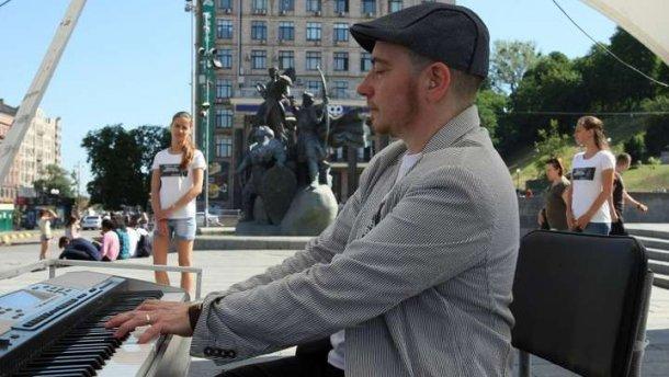 На Майдані Незалежності 12 годин поспіль грав піаніст на підтримку в'язнів Кремля