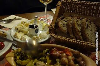 Beliscando em uma vineria: queijos, vinho e conservas