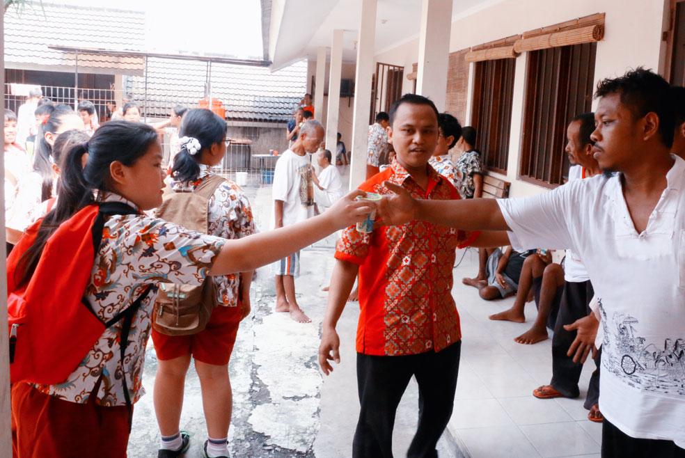 SD Kristen Kalam Kudus Surakarta Berbagi Roti di Griya PMI Peduli