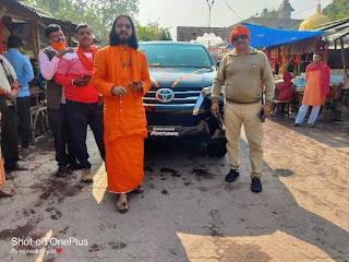 ब्रावो फार्मा के सीएमडी ने अरेराज मंदिर के महंत को भेंट किया फॉर्च्यूनर कार
