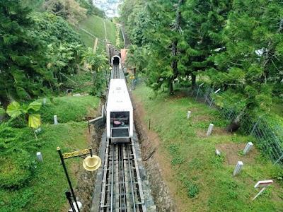 kereta kabel bukit bendera di puncak bukit