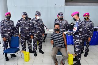 Gelombang Serbuan Vaksinasi covid-19 TNI AL Pada Masyarakat Maritim di Pelabuhan Umum Sorong Papua