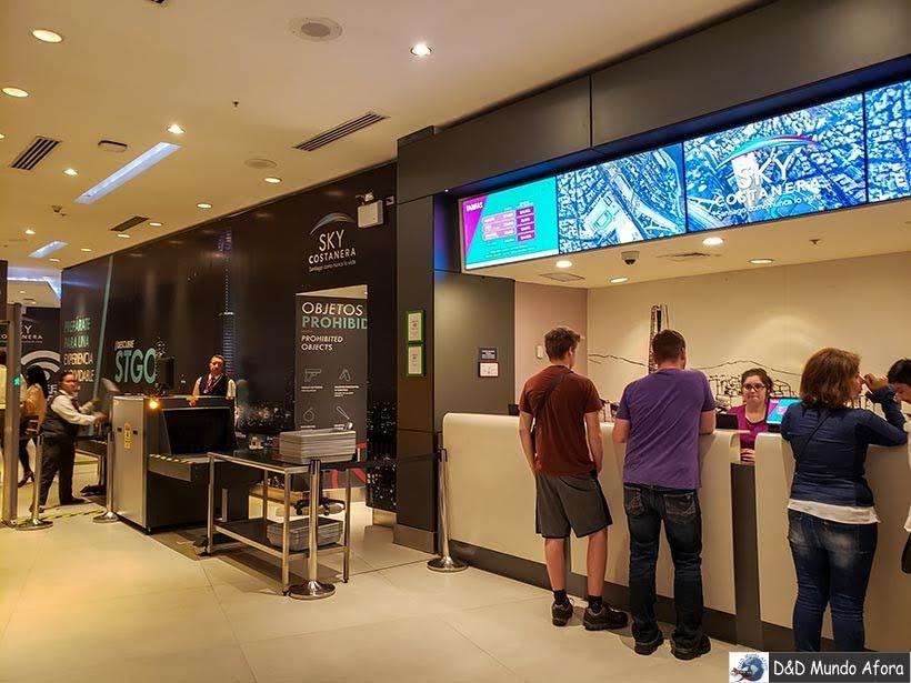 Bilheteria e Raio X na entrada do Sky Costanera em Santiago, Chile