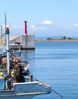 鎌倉腰越漁港より富士山