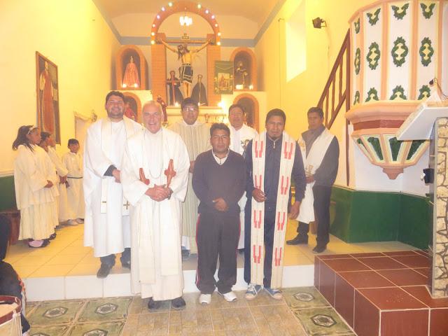Treff der Pastoralzone Süd der Diözese Potosí, der nach längerer Zeit wieder ´mal in Esmoraca stattgefunden hat. Die lieben Mitbrüder aus den größeren Städten wie Tupiza, Villazón und Cotagaita klagen dann immer über unsere schlechten Straßen. Von einigen Mitbrüdern kamen lobende Worte über meine in Esmoraca unter schwierigen Bedingungen geleistete Arbeit. In Deutschland wäre ich mit bald 63 noch ein Pfarrer in den besseren Jahren, hier gehöre ich aber schon zu den alten Herren. In unserer Pastoralzone, eine Art Dekanat, sind wir aus vier Nationen: Bolivien, Kolumbien, Panama und Deutschland. Die Sitzung fand diesmal im soweit fertiggestellten neuen Pfarrsaal neben der Kirche statt, wo es einigen zu kalt war. Dann zogen wir in den Rosengarten im Pfarrhaus um, wo es in der Sonne zu warm wurde. Also, wir leben eben in Extremen.