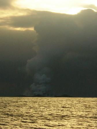 When This Boat Crew Realized What They Were Seeing, It Was Almost Too Late To Escape Alive! - THEY ANCHORED TO WATCH THIS TREMENDOUS EVENT. MASSIVE PLUMES OF SMOKE FILLED THE SKY.