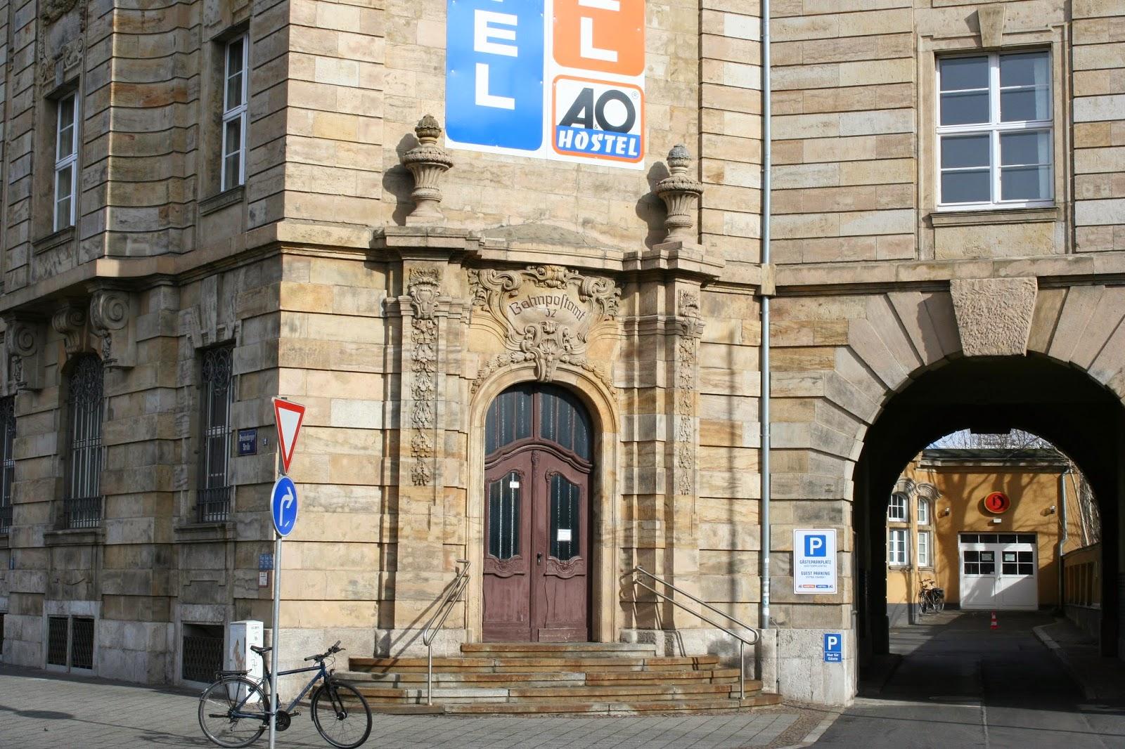"""Hier ein Seiteneingang am Bahnpostamt mit der Aufschrift """"Bahnpostamt 32"""""""