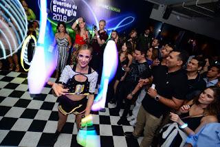Atração show com roupa led de Humor e Circo no evento de fim de ano empresarial da Comerc em São Paulo.
