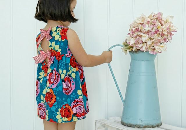 Vestido de niña con lacitos en la espalda