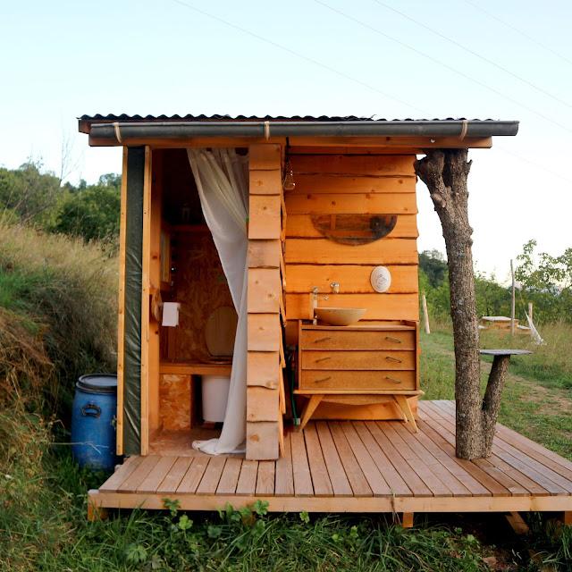 Les toilettes sèches de notre éco-lieu à Belvédère.
