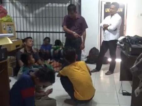 Warga yang bentrok saat berada di kantor polisi.