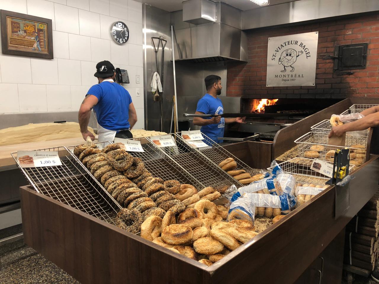 padeiros fazendo bagel em Boulangerie St Viateur Bagel Shop