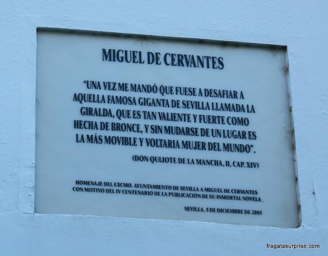 A Torre da Giralda nas palavras de Cervantes lembrada em uma placa em Sevilha