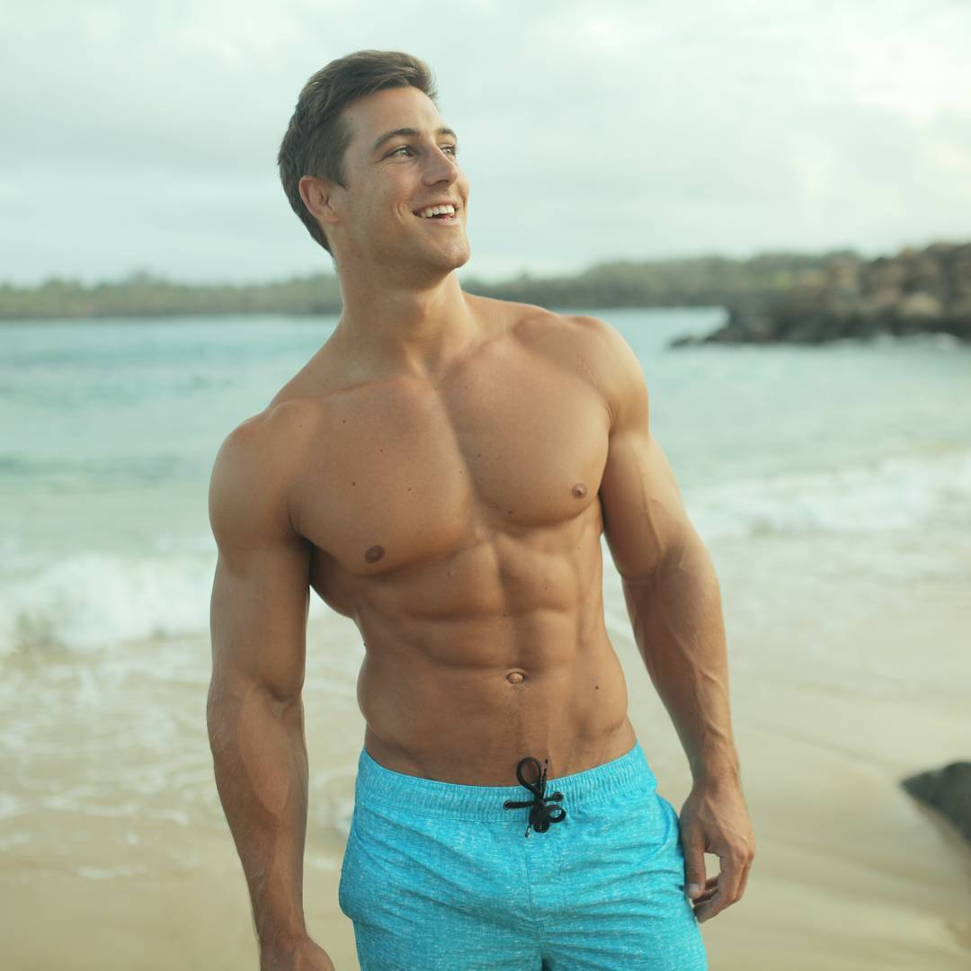cute-muscular-beach-guys-kayne-lawton-smiling-shirtless-huge-sexy-hunk