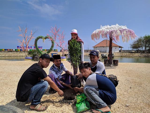 Kepala Desa bersama masyarakat dan Mahasiswa Universitas Trunojoyo Madura melakukan kegiatan penghijauan di Pantai Biru