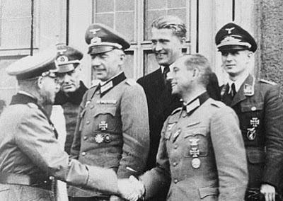 Wernher von Braun con sus mandos de la SS en Alemania