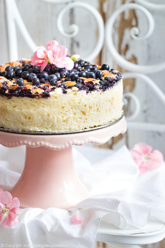 ciasto jogurtowe z jagodami które smakuje jak puszysty sernik