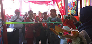 Direktur Marketing Happy Dream Indonesia Disambut Peserta Terapy Dalam Grand Opening Health Dan Beauty Happy Dream Jambi.