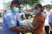 Bantu Pedagang Kecil,Bupati dan Wabup Jembrana Bagikan Beras di Masa PPKM Darurat.