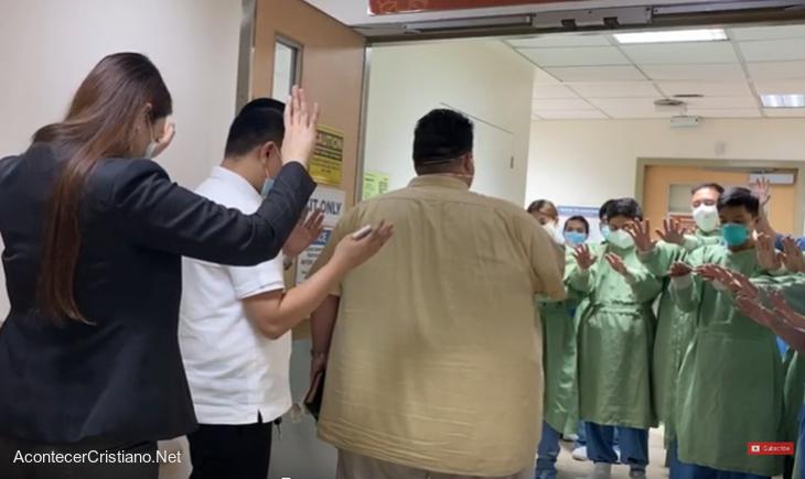 Pastor predicando en hospital de Filipinas