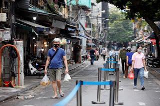 Việt Nam nới lỏng các hạn chế của Covid-19 để vực dậy nền kinh tế bị ảnh hưởng bởi đại dịch