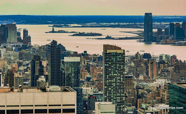 A Estátua da Liberdade vista do Top of the Rock, Rockefeller Center, Nova York