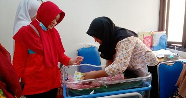 Miris! Bayi Usia 2 Hari Ditemukan Terbungkus Tas Kesrek di Dalam Toilet Rumah Kosong