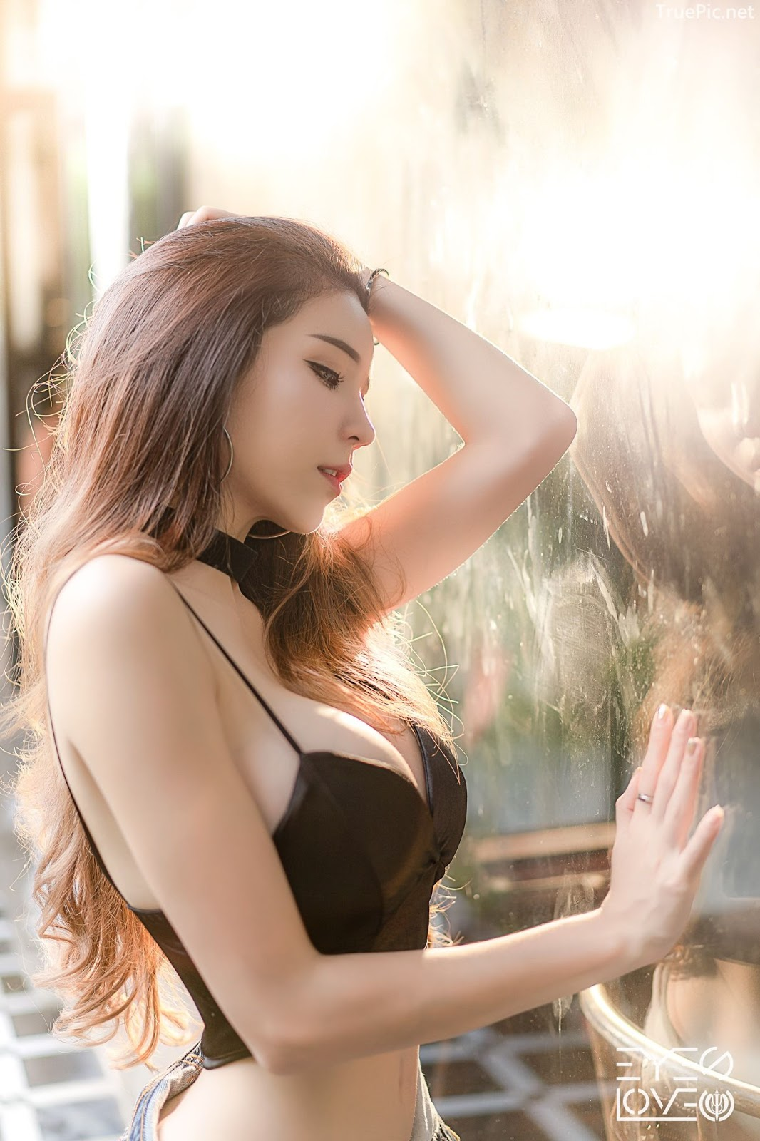 Thailand hot model - Janet Kanokwan Saesim - Black leather and jean - Picture 1