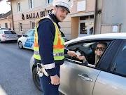 Szabályosan közlekedő női sofőröknek kedveskedtek a hajdú-bihari rendőrök – galéria