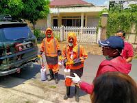 Ketua DPD PSI Kota dan Kadernya Laksanakan Penyemprotan Disinfectant dan Pembagian Sabun Gratis