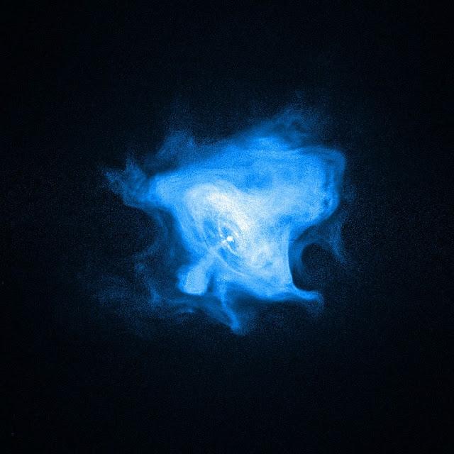 Bên trong Tinh vân Con Cua có một sao neutron tự quay quanh trục rất nhanh, hay còn được gọi là pulsar, làm khu vực này hoạt động mạnh mẽ (trong hình này có thể thấy được là chấm trắng ở trung tâm). Hình ảnh được chụp bởi Đài quan sát Tia X Chandra. Những gợn hình tròn xung quanh nó là sóng xung kích đánh dấu ranh giới phần bao quanh tinh vân và dòng chảy các hạt vật chất và phản vật chất từ pulsar. Các hạt này mang năng lượng di chuyển ra ngoài để thắp sáng phần bên ngoài và tạo nên quầng sáng cho tia X. Những dòng chảy có phương vuông góc với các gợn tròn là các hạt vật chất và phản vật chất được phát ra từ pulsar. Hình ảnh: Chandra X-ray Observatory, Smithsonian Institution, NASA/CXC/SAO/F.Seward et al.