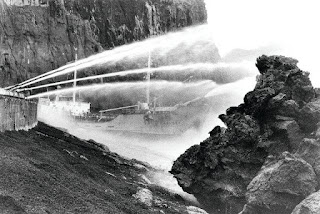 Bombeando agua de mar para luchar contra el volcán en Islandia