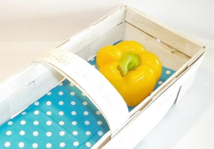 weißer Spankorb mit gelber Paprika