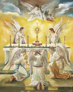 Angeles adorando la Eucaristía
