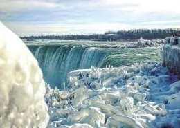 Kamu Tentu Wajib Berangkat Mengejar Air Terjun Beku Ini di Kanada