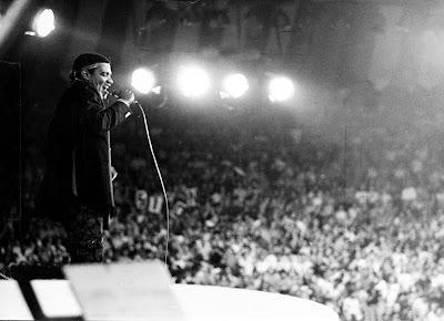 Wilson Simonal no palco diante de plateia lotada - Divulgação